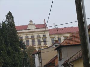 to žlutý vzadu je střední škola kam chodila Janka, ale už si nepamatuju jestli je to gympl nebo obchodka...nebo něco úplně jinýho :-)
