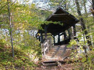 dřevěnej most pod dálničním mostem (ten je vzadu za stromama)