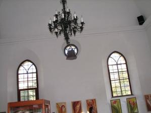 okna a lustr v synagoze