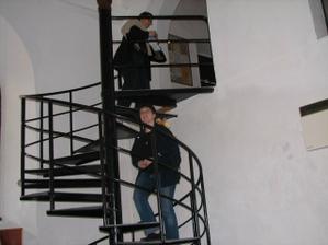 Adasa a Žirafka stoupají po schodech do patra, kde je výstava o velkomeziříčských Židech