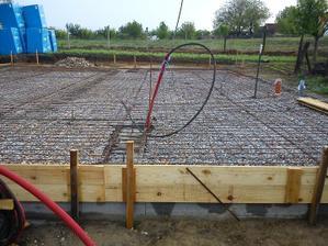1.5.2011 uložené kary rohože a začíname šalovať- dokončíme zajtra,lebo začalo pršať!!