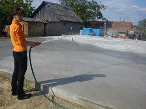 ...polievame si betónovú záhradku... :-)