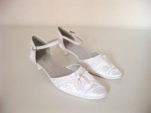 tady se mi nelíbí ty boty, ale ten podpatek je idealni :-)...a stejně si vezmu vínové boty :-)
