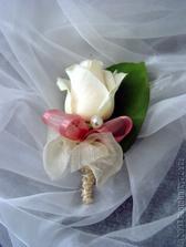 pro ženicha...ale růžová růže a bílá mašle