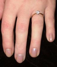 a tymto prstienkom ma moj drahy poziadal o ruku