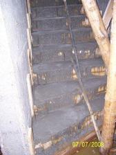Čerstvě zabetonované schody do patra