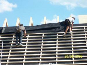 A jedna půlka střechy je pod fólií a nalaťovaná...