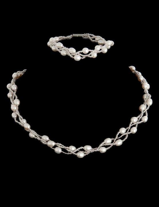 Co už máme - Náhrdelník a náramek z pravých perel - dárek od maminky ženicha :-)