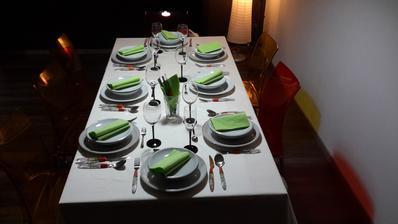 Stůl nachystaný na prostřeno se známýma :-)