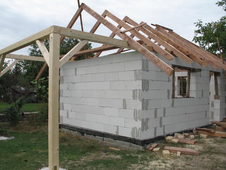 STEP  BY    S  T  E  P - majster, ktory robi strechu na zahradny domcek nas poprosil, ze chce dovolenku - tak teda dovolenkuje :)