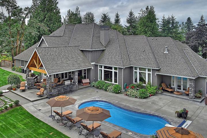 Dom s bazenom, alebo bazen s domom? - tej sivej je tam viacej akoby malo, ale ved by som neprotestovala taky mat