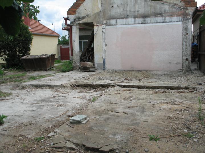 STEP  BY    S  T  E  P - vycisteny pozemok a hor sa na zaklady pristavby
