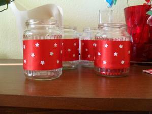 ozdobené sklenice, ještě nevím na co využiji, zda na cukroví, či svíčky
