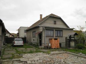 Povodný stav - zadná čast domu so zbúranými búdami