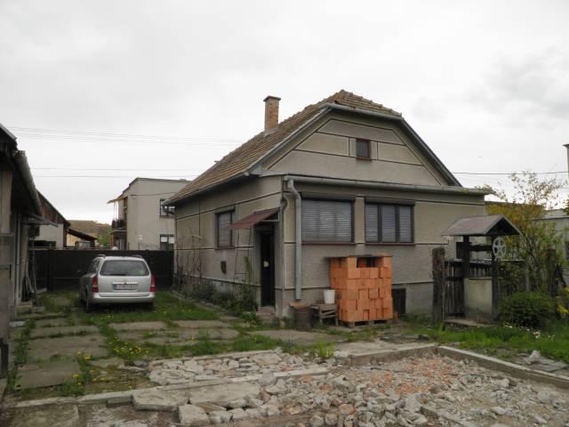Náš domčúrik - naša radosť a starosť. - Povodný stav - zadná čast domu so zbúranými búdami