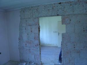 čistenie stien a búranie priečky medzi obývačkou a jedálnou