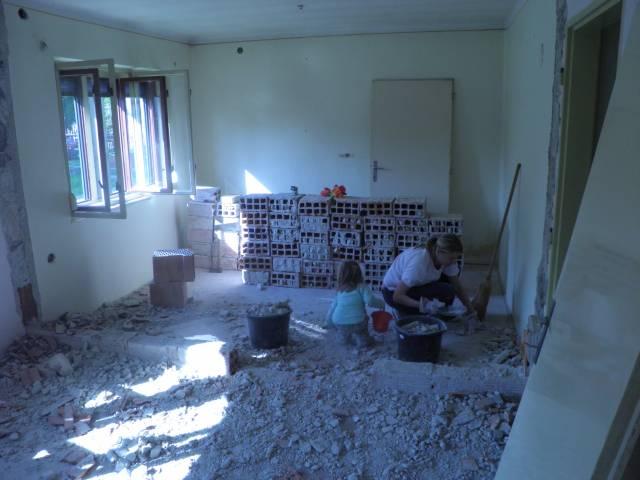 Náš domček, naša radosť a starosť ............... - priečka vybúraná, už len upratať aby to aspon nejako vyzeralo