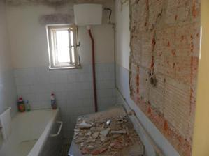 priečka medzi kúpelnou a špajzou sa búra a nová sa vymuruje asi o 0,5 metra dalej