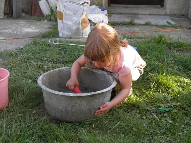 Náš domček, naša radosť a starosť ............... - Sofinka pomáhala tatinovi miešať maltu