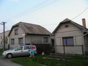 domček už bez komínov a aj diery po nich zakryté škridlamii