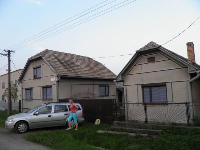 Náš domček, naša radosť a starosť ............... - domček už bez komínov a aj diery po nich zakryté škridlamii