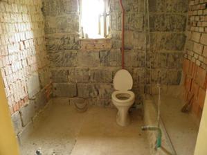 kúpelna už pripravená na rekonštrukciu, záchod ešte zostal keby náhodou.....