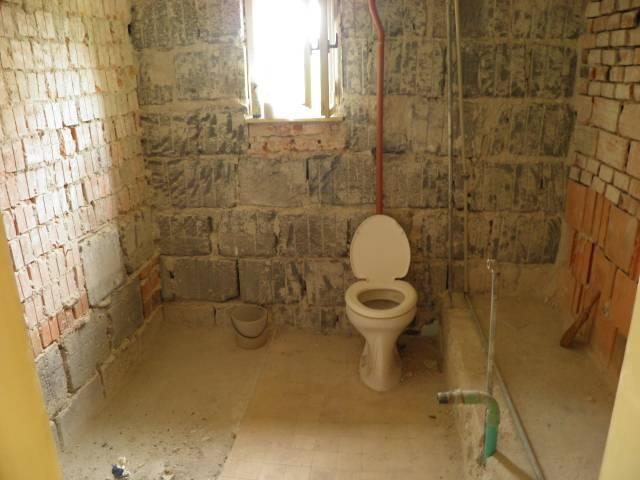Náš domčúrik - naša radosť a starosť. - kúpelna už pripravená na rekonštrukciu, záchod ešte zostal keby náhodou.....