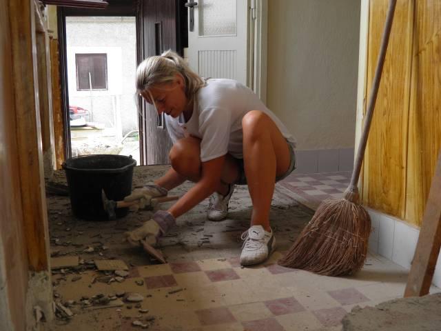 Náš domček, naša radosť a starosť ............... - ja v akcii - vyberám dlaždice v izbách a bolo ich velaaaaaa
