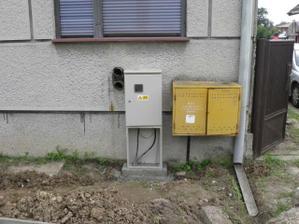 a už máme elektriku zapojenú aj so skrinou