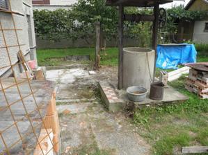 okolie studne sme zbavili dreveného plota a kríkov