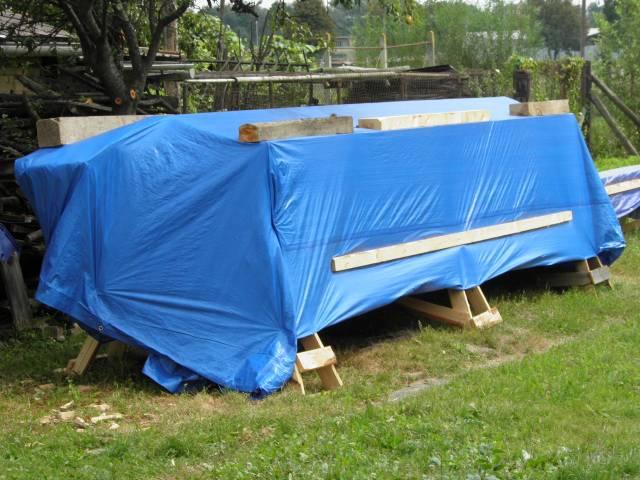 Náš domček, naša radosť a starosť ............... - drevo už dobre pozakrývané a pripravené na prezimovanie