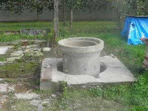 rozoberáme a opravujeme studnu pretože nám pretekala