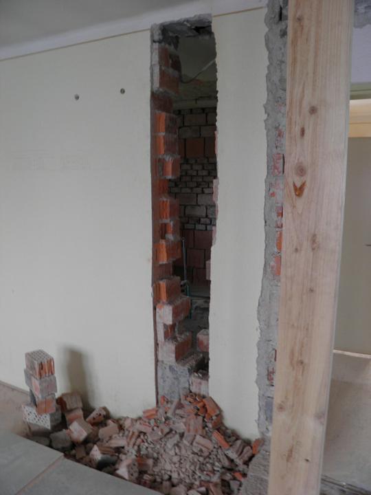 Náš domček, naša radosť a starosť ............... - rozoberáme starý komín - pohľad z obývačky