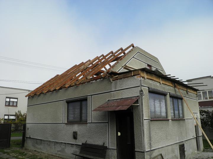 Náš domček, naša radosť a starosť ............... - dreva máme na jednu zimu zo starej strechy