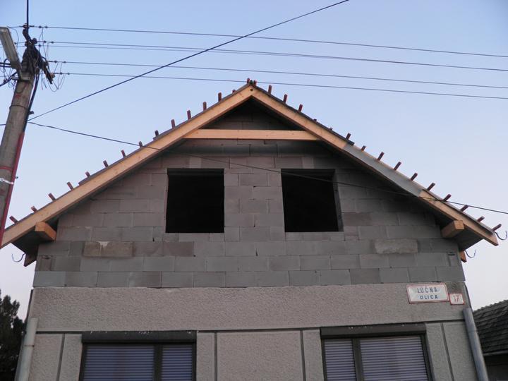 Náš domček, naša radosť a starosť ............... - už máme aj paropriepustnú foliu a domurované čelá