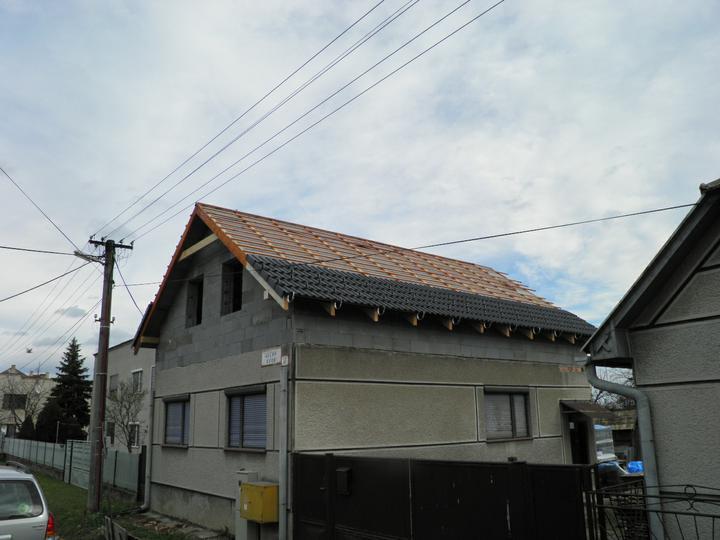 Náš domček, naša radosť a starosť ............... - krytina sa pomaly dáva na strechu