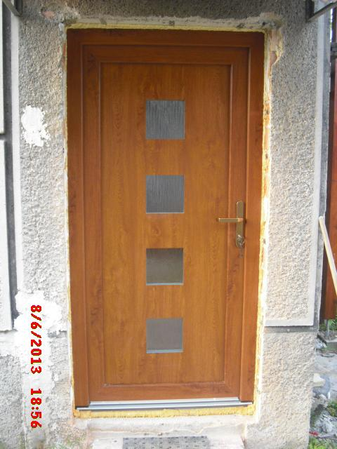 Náš domčúrik - naša radosť a starosť. - konečne máme vchodové dvere.......