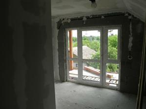 balkonové okno v spálni
