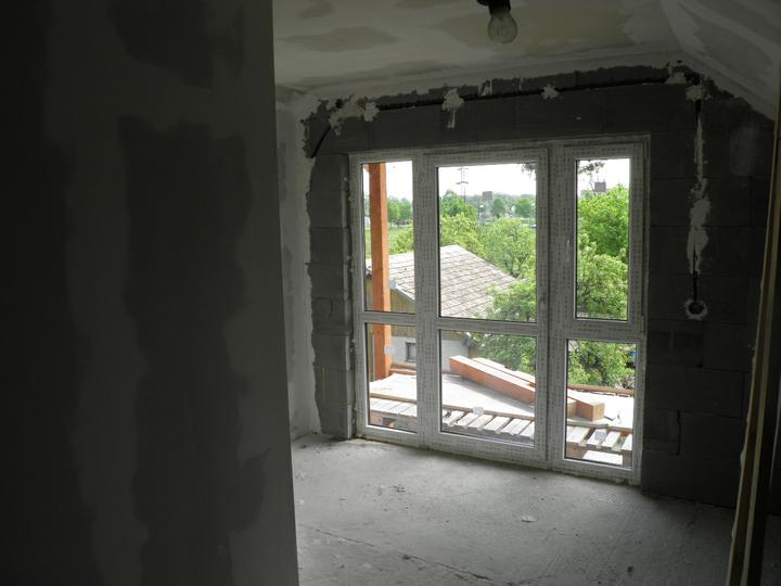 Náš domčúrik - naša radosť a starosť. - balkonové okno v spálni