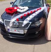 Svadobna vyzdoba auta v top stave cerveno-biela,