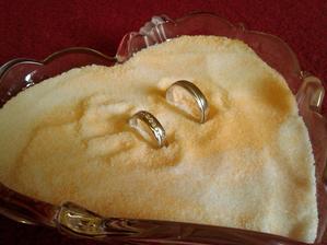 naše snubné prstene ... v kostole budú takto, chcela som sa vyhnúť klasickej tácke :D