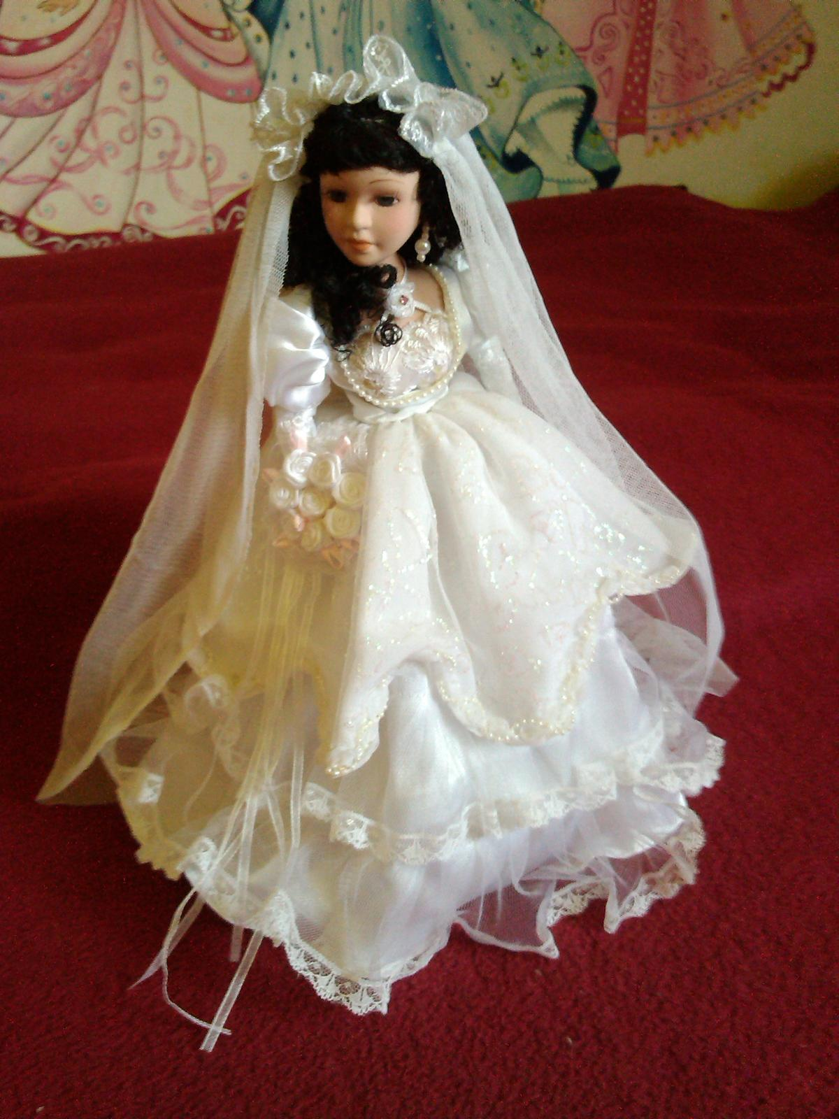 Realizácia mojich detských snov :D - dekoračná bábika z mojej zbierky porcelánových bábik....snáď sa niekde využije :D