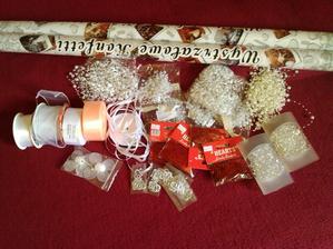 dekorácie na stôl a brány...vystreľovacie konfety po východe z kostola