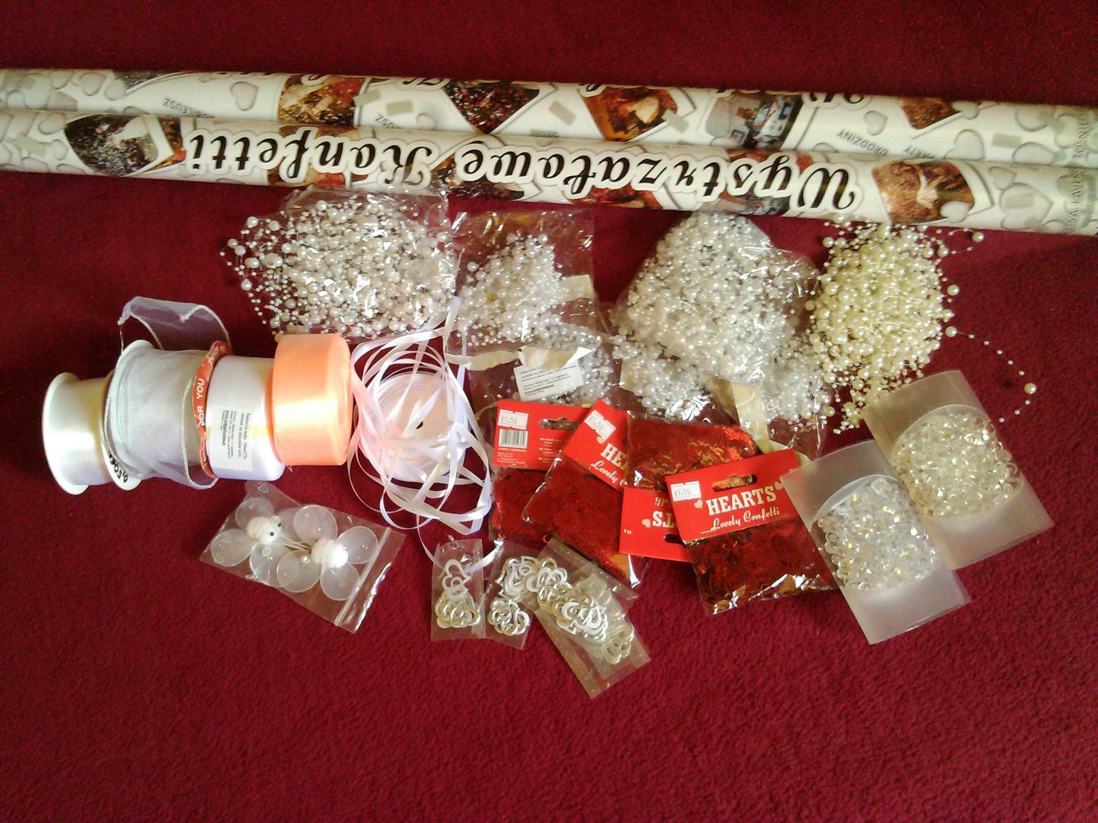 Realizácia mojich detských snov :D - dekorácie na stôl a brány...vystreľovacie konfety po východe z kostola