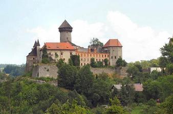 hrad Sovinec - pod tím stromem, co je v pravé části hradu bude za pěkného počasí obřad