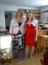 """Po úspěšných nákupech v Polsku. Moje maminka a já v """"ranních"""" šatech - no, nakonec obě trochu jinak :) já se žlutým a mamka v jiných šatech, nechá si jen stříbrné doplňky a sáčko :)"""