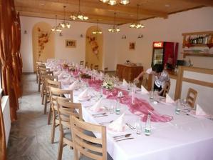 oddělené místnosti na hostinu a tanec, přesně jak jsme chtěli. (jenom teda ne v růžové)