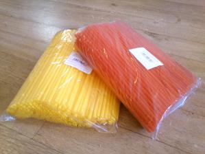 250 červených a 250 žlutých (taková ta teplejší, slunečnicová) brček z makra. Já budu potřbeovat dohromady tak 50ks, takže dybyste chtěly, ráda za pár kaček dám.