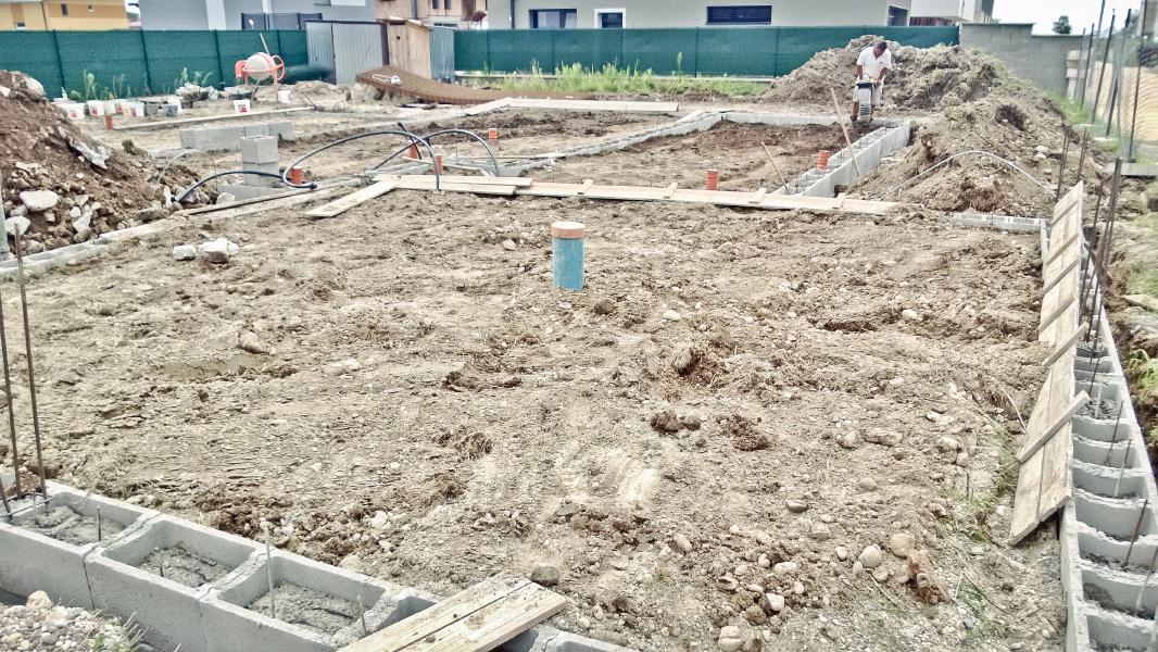 Realizácia rodinného domu pavari - Príprava debnenia pre podkladný betón