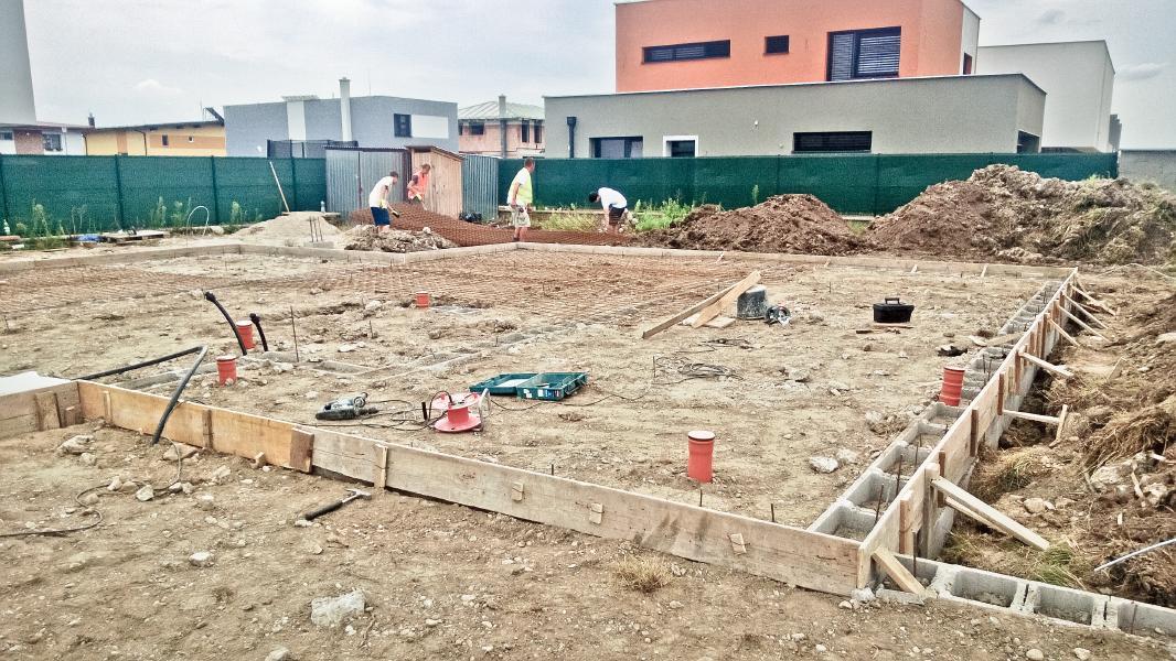 Realizácia rodinného domu pavari - Ukladanie výstuže podkladného betónu